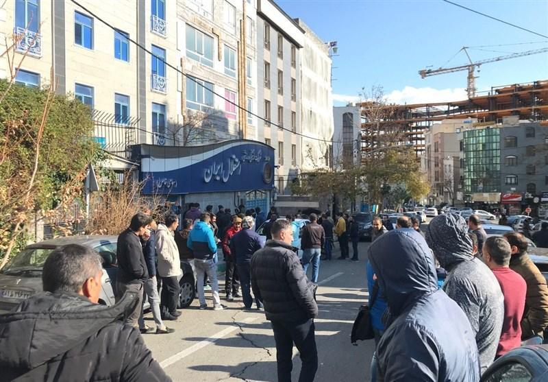 ادامه تجمع طرفداران استقلال مقابل ساختمان باشگاه، طرفداران خواستار استعفای منزوی و خلیل زاده شدند