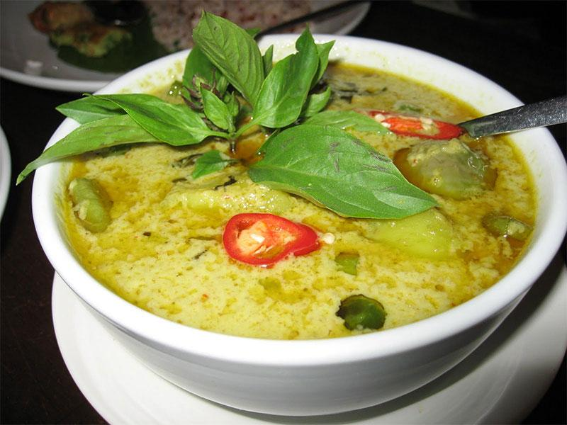 معرفی غذای تایلند: مرغ سبز کاری (Gaeng Keow Wan Kai)