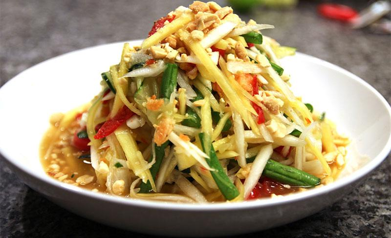 معرفی غذای تایلند: سالاد سبز تند پاپایا (Som Tum)