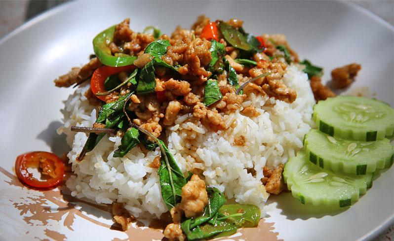 معرفی غذای تایلند: گوشت سرخ شده با ریحان