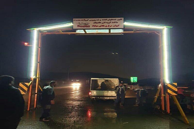 خبرنگاران نخستین کابین ضدعفونی خودرو آذربایجان غربی در ورودی مهاباد نصب شد