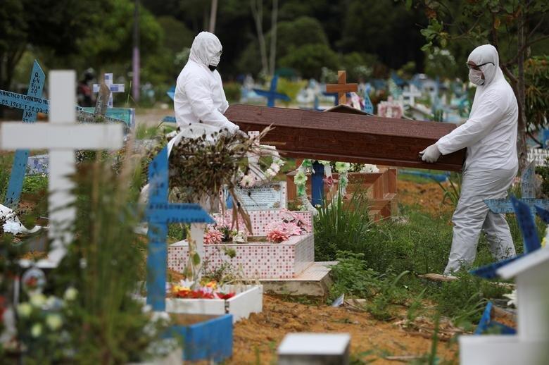 تصاویر، تدفین اجساد کرونایی؛ یکی در دورترین نقطه غرب زمین و دیگری دورترین نقطه در شرق زمین!