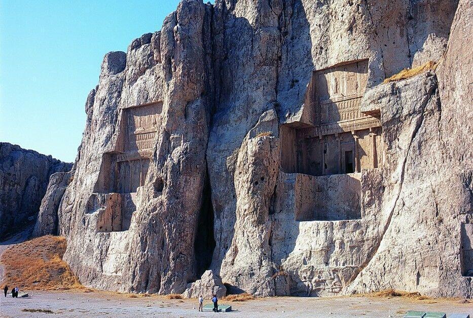 خبرنگاران کشف کتیبه ساسانی در نقش رستم فارس