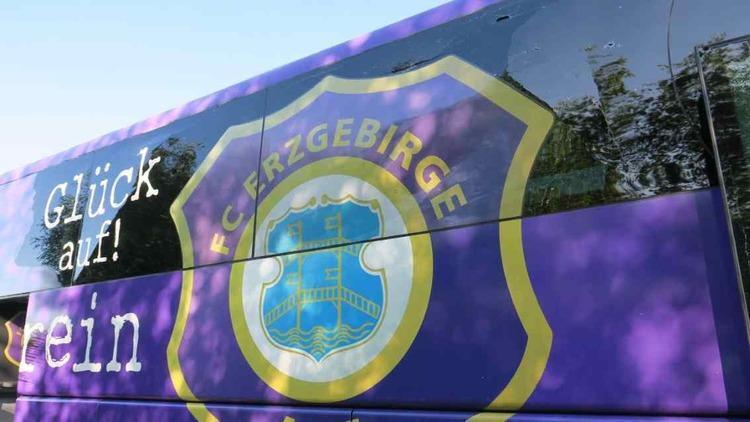 (عکس) اتوبوس تیم آلمانی دچار سانحه شد