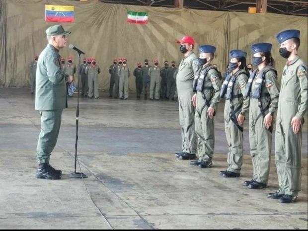 نصب پرچم ایران در مراسم اهدا سردوشی خلبانان ونزوئلا