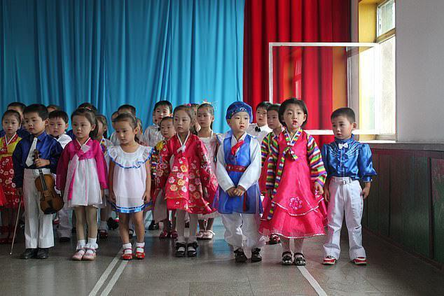 بچه ها کره شمالی روزی چند ساعت درباره رهبرشان می آموزند؟ ، تصاویر جالب روی دیوارهای مدارس